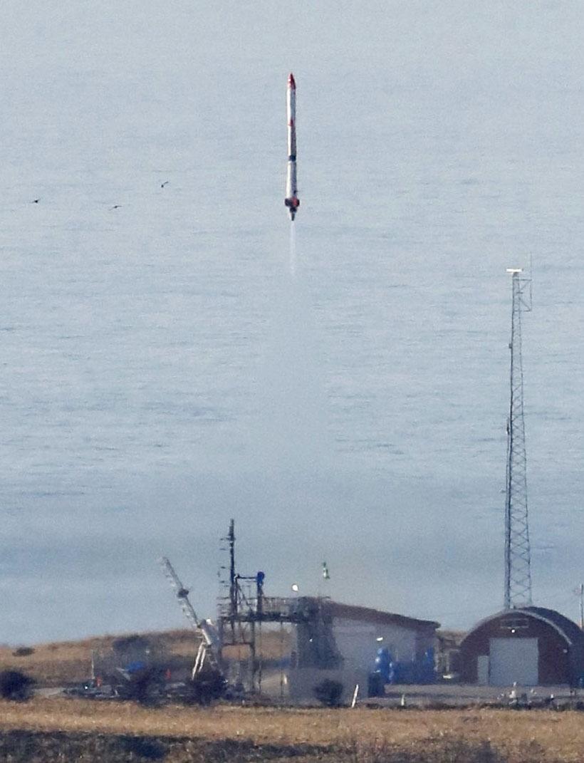 Interstellar Technology Inc. запускает свою ракету Momo-3 в Тайки, Хоккайдо, в субботу.   Kyodo