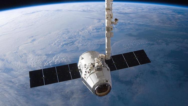 """Во время сближения корабля Dragon с МКС был обнаружен болтающийся кабель"""""""