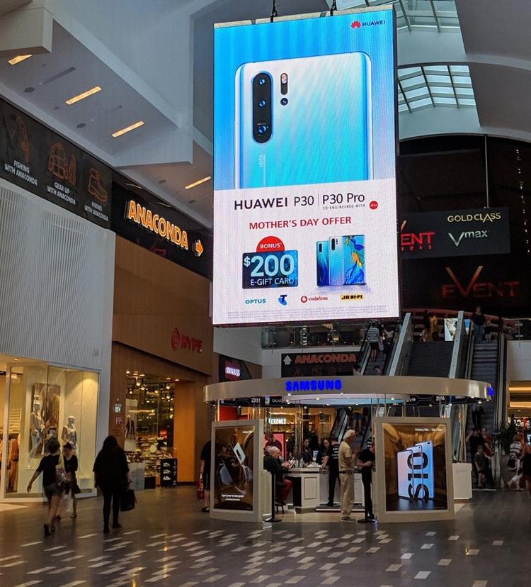 """Huawei троллит Samsung большим рекламным щитом возле магазина конкурента"""""""
