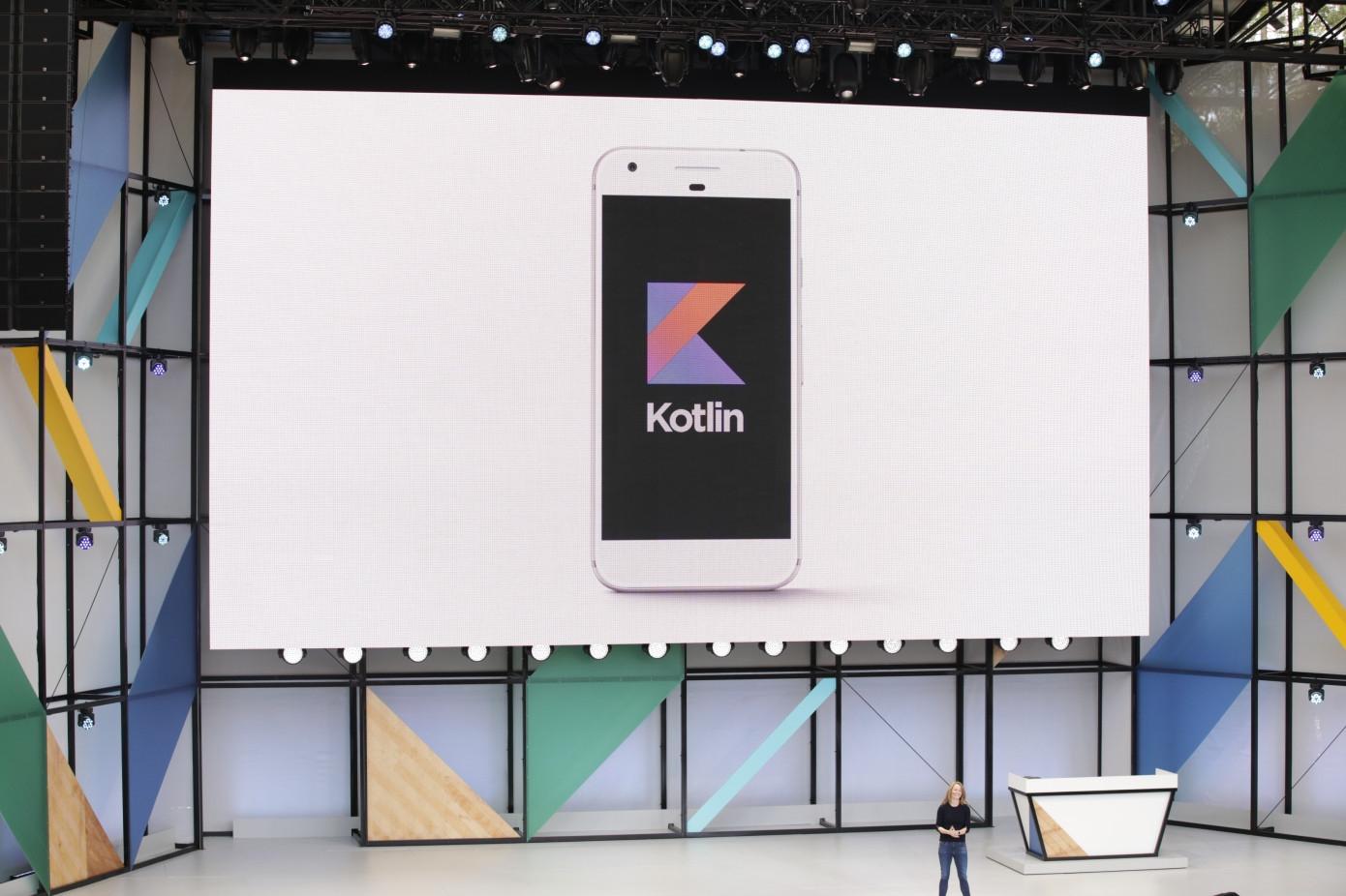 Впервые официальная поддержка Kotlin в IDE Android Studio появилась в 2017 году