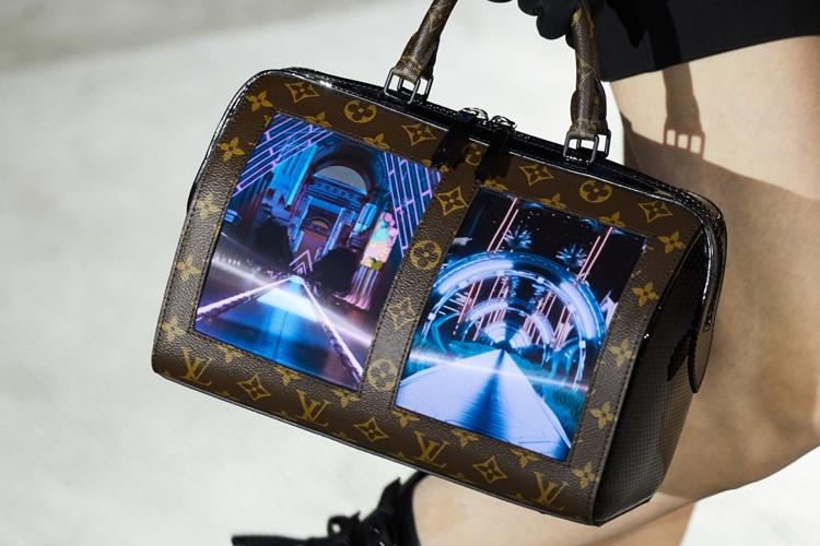"""Дом моды Louis Vuitton встроил гибкий дисплей в дамскую сумочку"""""""