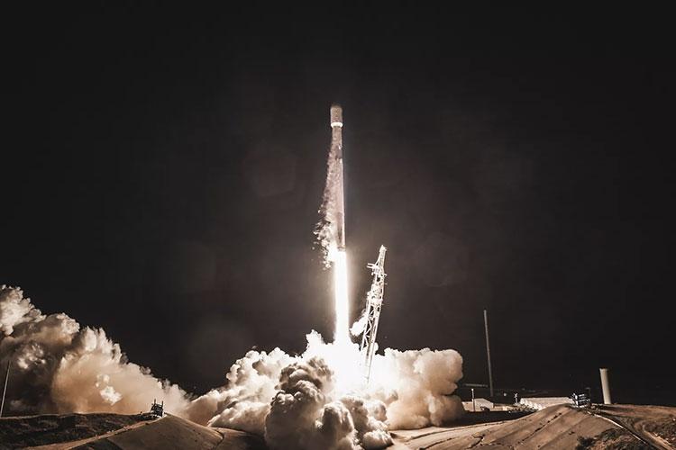 """Илон Маск показал 60 готовых к запуску интернет-спутников SpaceX"""""""