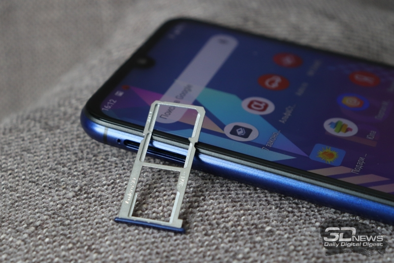 BQ Magic, слот для SIM-карт и карты памяти стандарта MicroSD