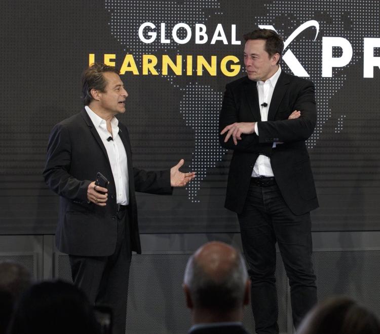 "Илон Маск вручил $10 млн двум стартапам, заменившим учителей технологиями"""