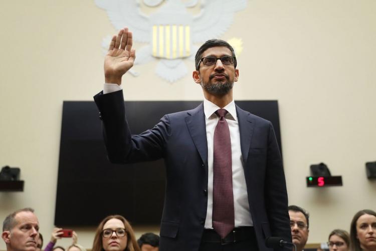 Глава Google Сандар Пичай присягает во время слушания в Судебном комитете Палаты представителей в Вашингтоне, 11 декабря 2018 года (Andrew Harrer | Bloomberg | Getty Images)