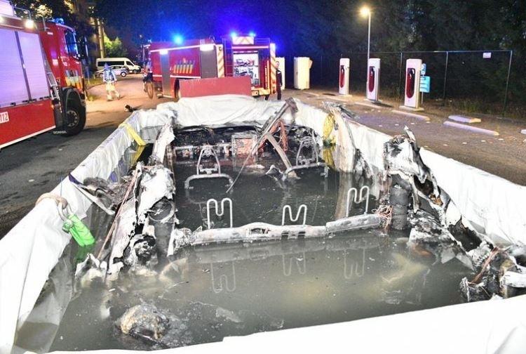 """Электрокар Tesla Model S загорелся во время зарядки"""""""