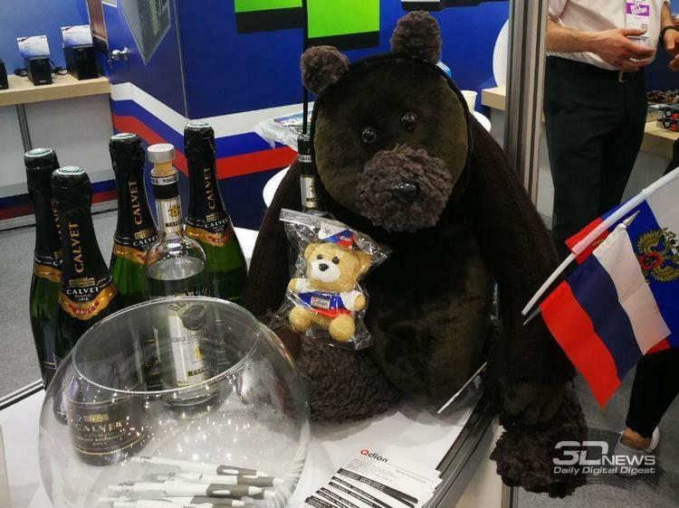 Стенд Qdion встретил немного грустным, но симпатичным медведем