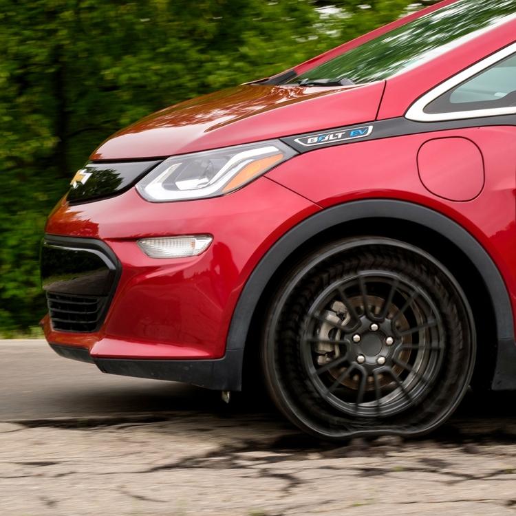 "GM и Michelin снабдят пассажирские автомобили безвоздушными шинами"""