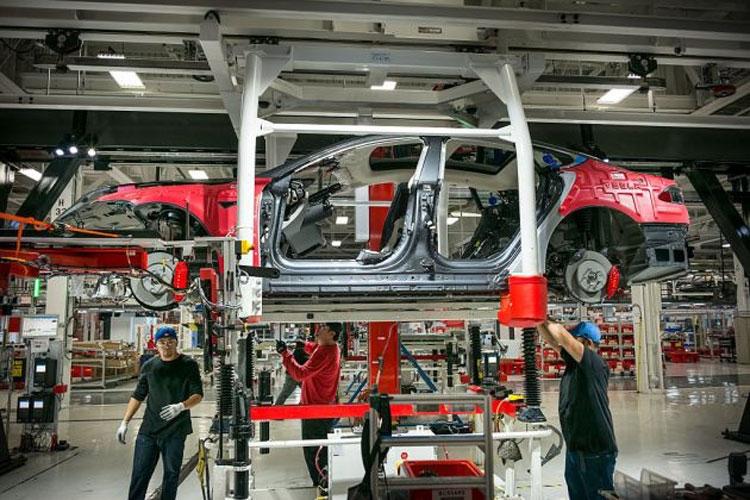 На сборочном заводе Tesla во Фремонте (David Butow | Corbis News | Getty Images)