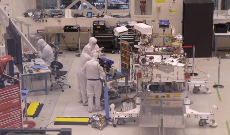 """Сборку марсохода NASA Mars 2020 теперь можно наблюдать «вживую»"""""""