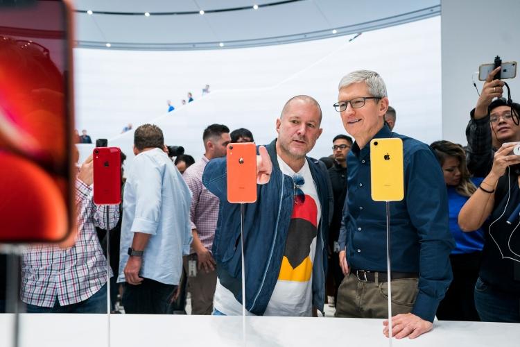 Джони Айв и Тим Кук во время сентябрьского запуска iPhone XR в 2018 году