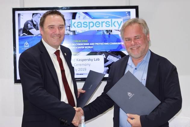 Крэйг Джонс, директор Интерпола по расследованию киберпреступлений,и Евгений Касперский, генеральный директор «Лаборатории Касперского», во время подписания соглашения
