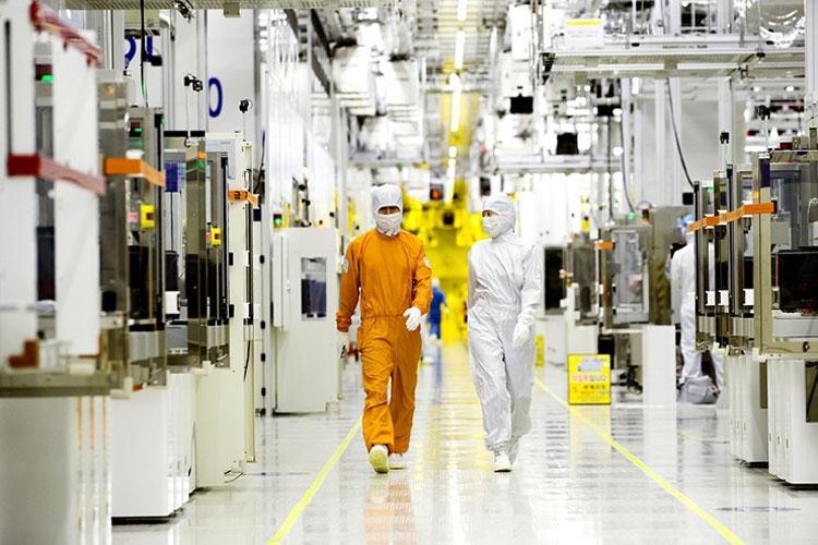 На заводе по производству полупроводников (Samsung)
