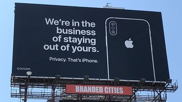 «Наше деятельность заключается в невмешательстве в вашу», — написано на рекламном щите Apple