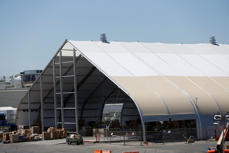 Цех-палатка по сборке машин Tesla во Фримонте (Reuters | Stephen Lam)