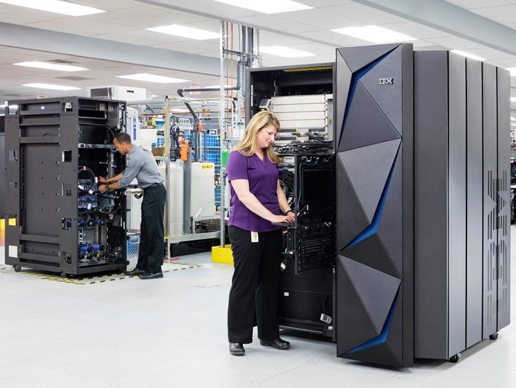 В сборочном цеху IBM по производству мэйнфреймов (Connie Zhou/IBM)