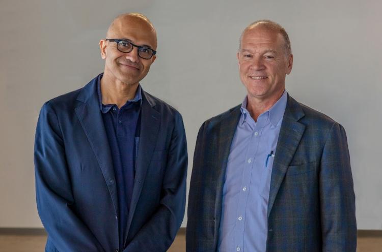 Генеральный директор Microsoft Сатья Наделла (слева) и глава AT&T Джон Донован