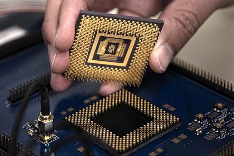 Процессор с массивом мемристоров