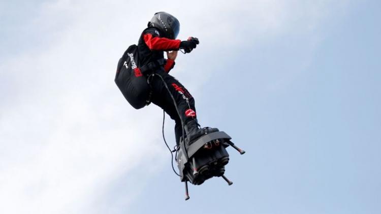 """Француз Фрэнки Запата провалил первую попытку перелететь через Ла-Манш на реактивном «флайборде»"""""""