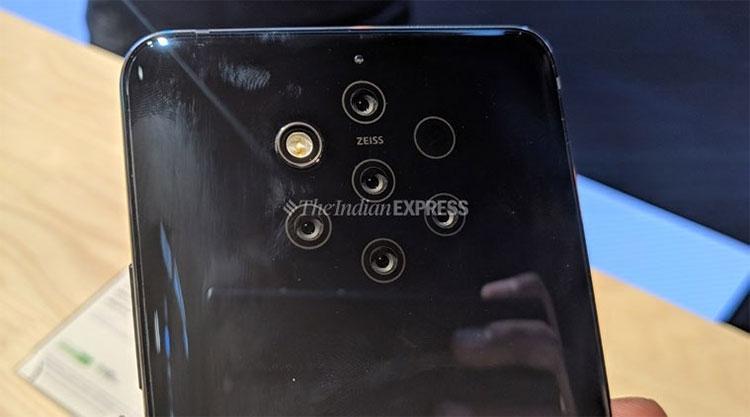 Nokia 9 PureView использует причудливую связку из 5 камер с оптикой Zeiss на тыльной стороне (Hansa Verma/The Indian Express)