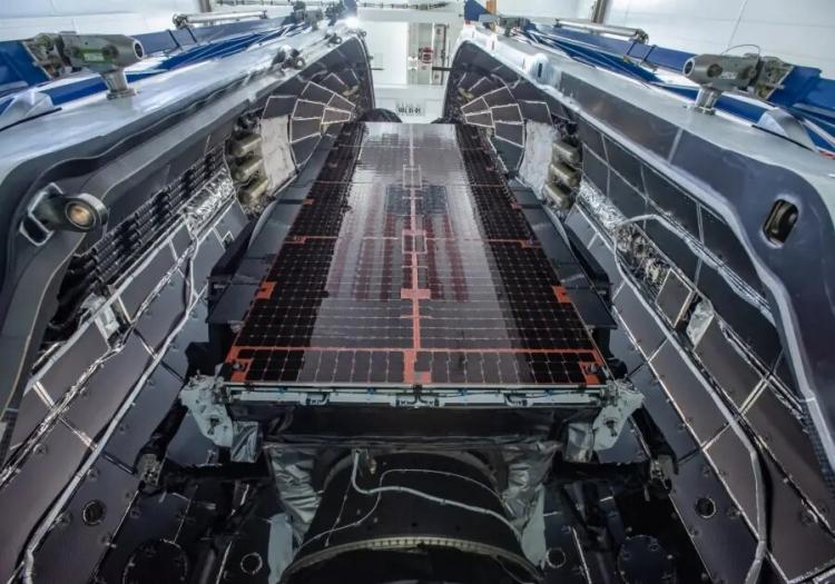 """Видео: автономная платформа SpaceX ловит падающий обтекатель ракеты Falcon 9"""""""