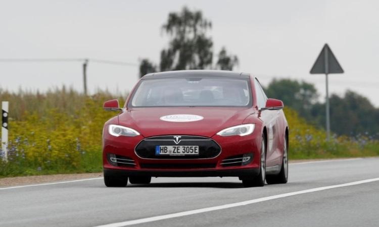 """Владелец электрокара Tesla обвиняет компанию в мошенничестве из-за умышленного уменьшения ёмкости батареи авто"""""""