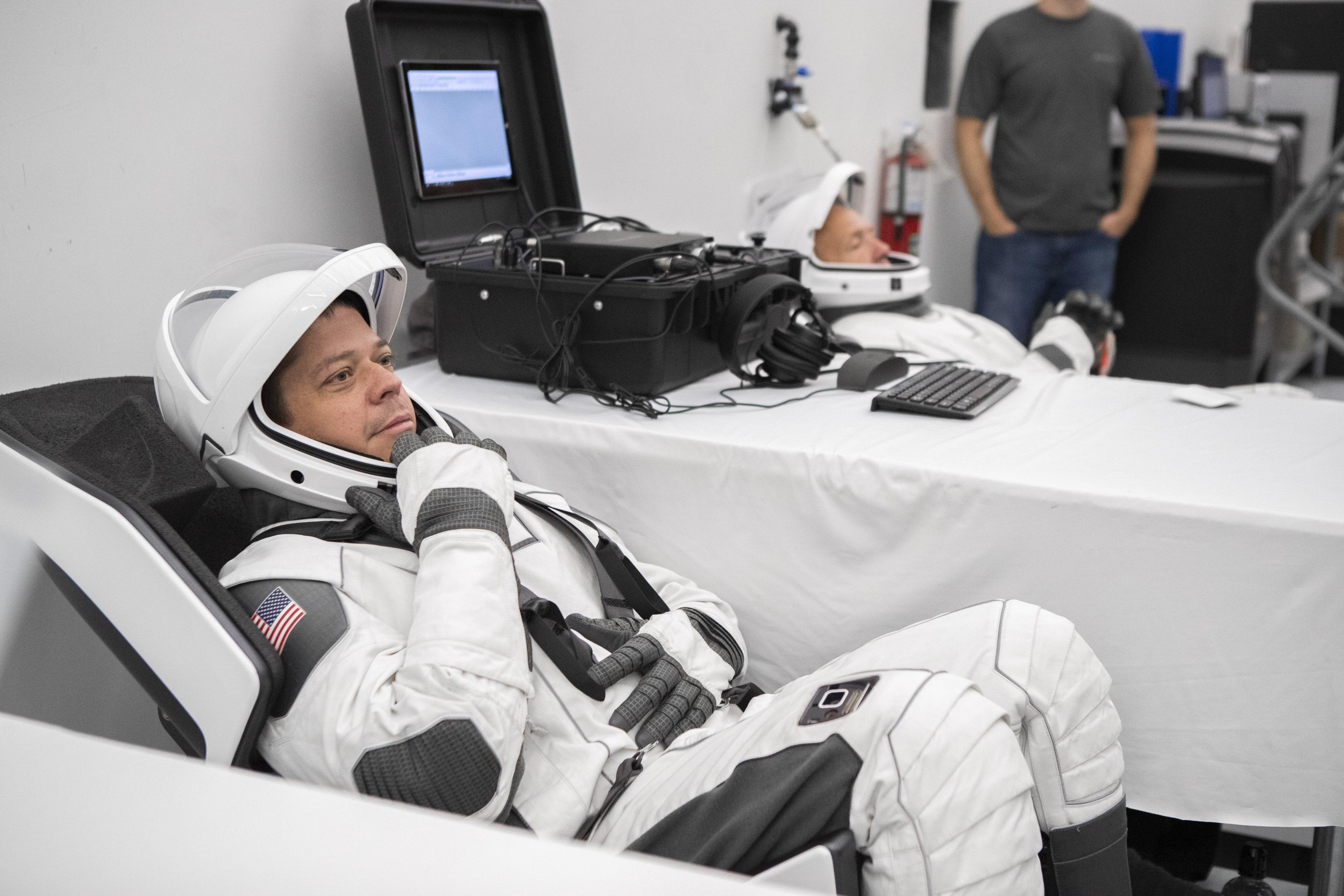 астронавт Хёрли, интерфейс ЖОБ на ноге.