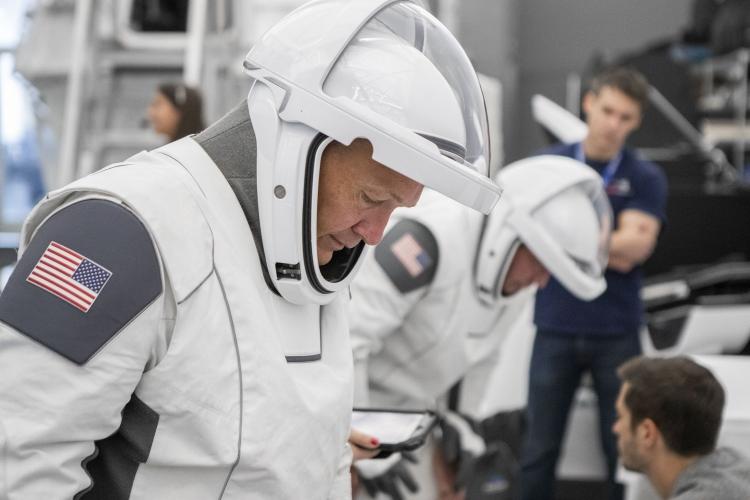 """Космонавты NASA прошли тесты в новых скафандрах SpaceX, готовясь к миссии Crew Dragon"""""""