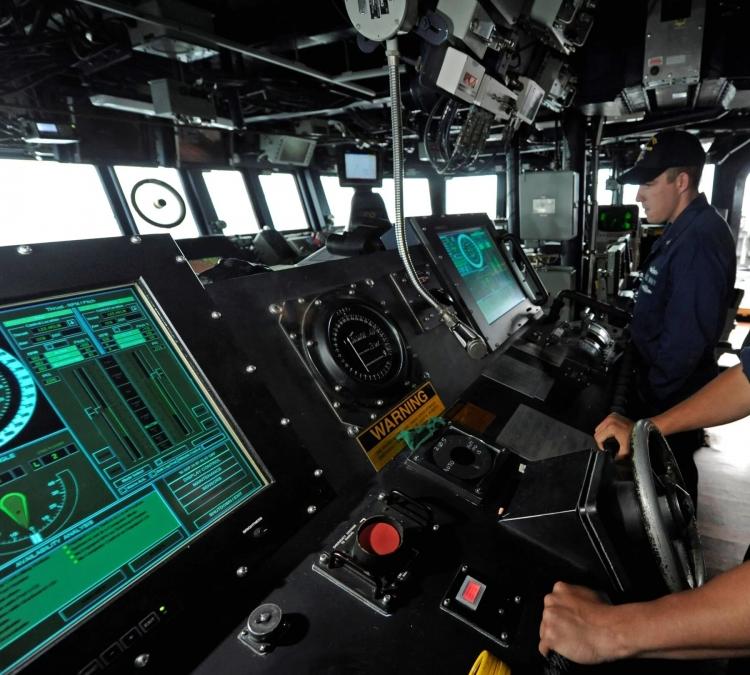 """ВМС США отказываются от сенсорного управления в пользу ручного на эсминцах после столкновения"""""""