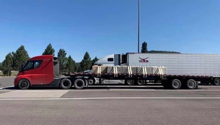 """Автономность полностью загруженного электрического грузовика Tesla Semi соответствует заявленной производителем"""""""