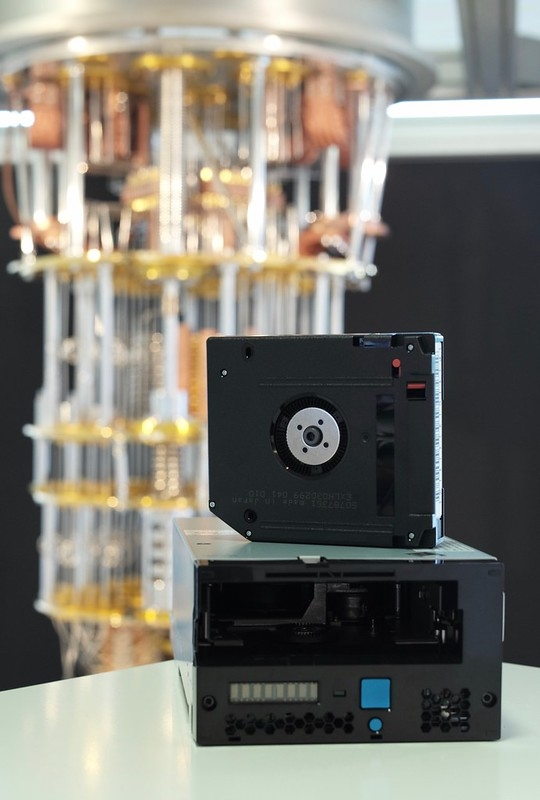 Ленточный накопитель IBM TS1160 на фоне квантового вычилителя компании