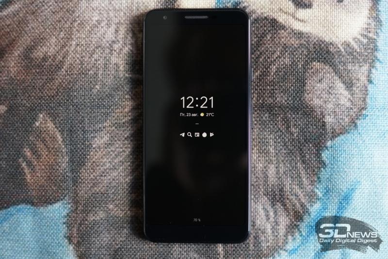 Google Pixel 3a, лицевая панель: над дисплеем находятся разговорный динамик, датчик освещенности и фронтальная камера