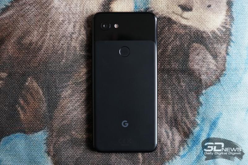 Google Pixel 3a, задняя панель: на глянцевой вставке мы видим основную камеру и двойную светодиодную вспышку, ниже — сканер отпечатков пальцев