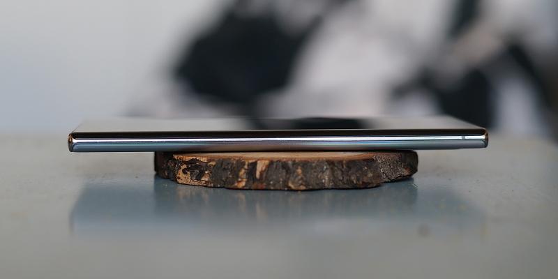 Samsung Galaxy Note10+, правая грань свободна от функциональных элементов
