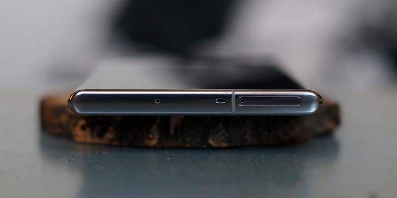Samsung Galaxy Note10+, верхняя грань: слот для SIM-карт и карты памяти и два микрофона