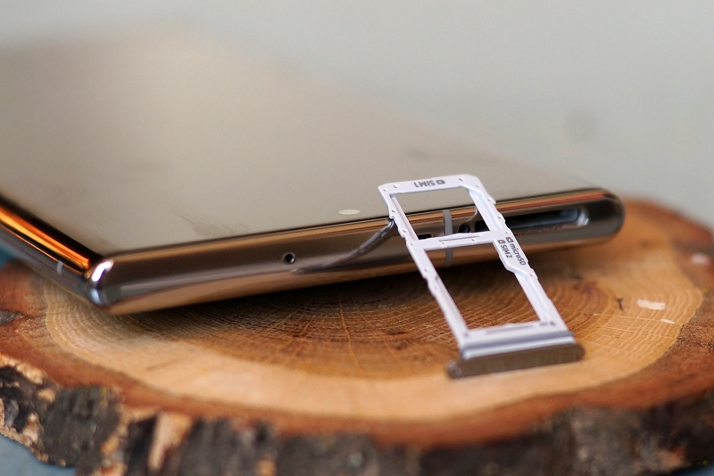 Samsung Galaxy Note10+, гибридный слот для двух nano-SIM и/или карты памяти microSD