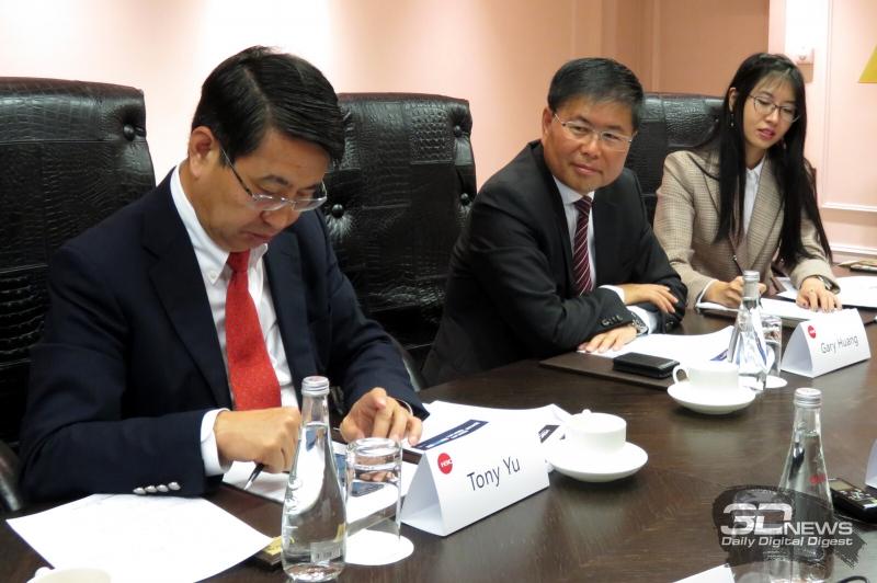 Генеральный директор H3C Тони Юй (Tony Yu, слева) и старший вице-президент компании Гэри Хуан (Gary Huang, в центре)