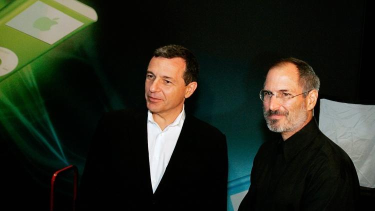 Боб Айгер и Стив Джобс в 2006 году, 8 месяцев после сделки Disney и Pixar. «Мы спасли две компании», — сказал господин Джобс тогда (Bloomberg)
