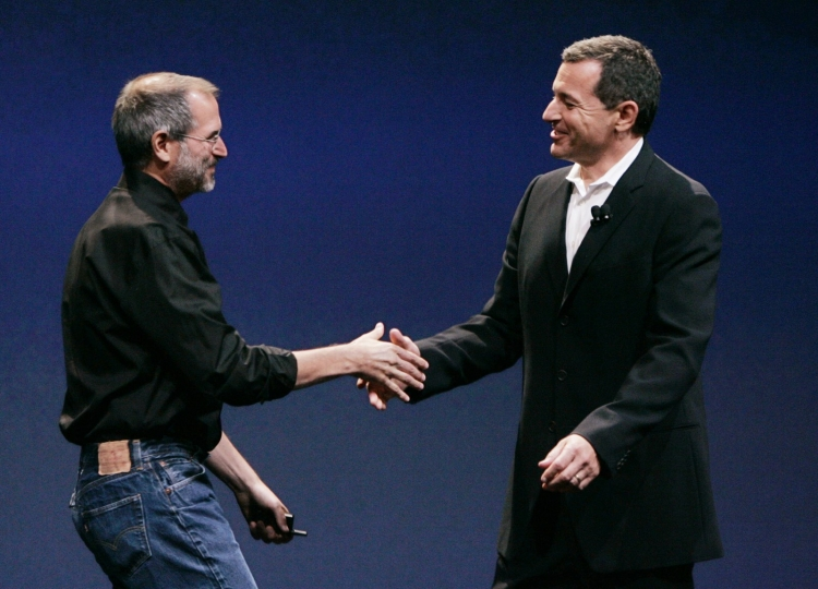 Стив Джобс и Боб Айгер анонсируют первую из множества сделок, 2005 год (Paul Sakuma/A.P. Photo)