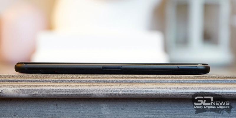 ASUS ROG Phone II, левая грань: аксессуарный разъем, совмещенный со вторым портом USB Type-C и слот для двух nano-SIM