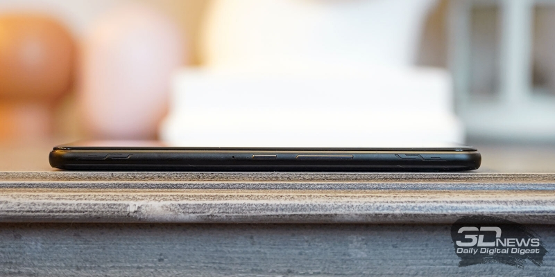 ASUS ROG Phone II, правая грань: механические клавиши включения и регулировки громкости, две сенсорные клавиши AirTriggers II