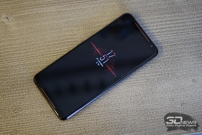ASUS ROG Phone II, лицевая панель: два динамика по обе стороны от экрана, возле верхнего – датчик освещенности, индикатор состояния и фронтальная камера