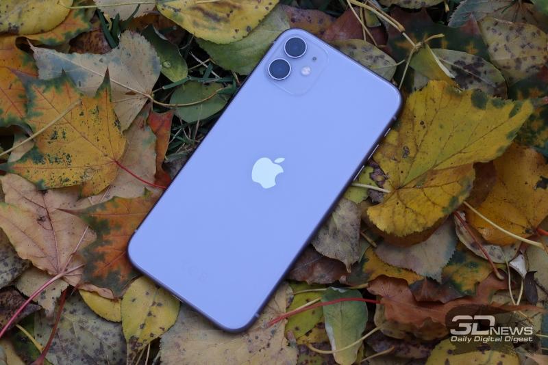 Apple iPhone 11, задняя панель: в углу — двойная камера с двойной же светодиодной вспышкой и микрофоном, прикрытым элегантной решеткой