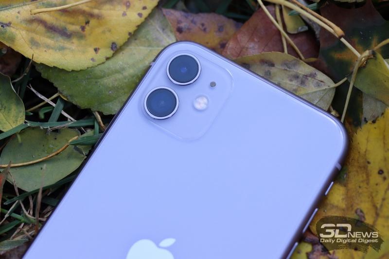 iPhone 11, цветовой охват при включенном режиме True Tone. Серый треугольник – охват sRGB, белый треугольник – охват iPhone 11