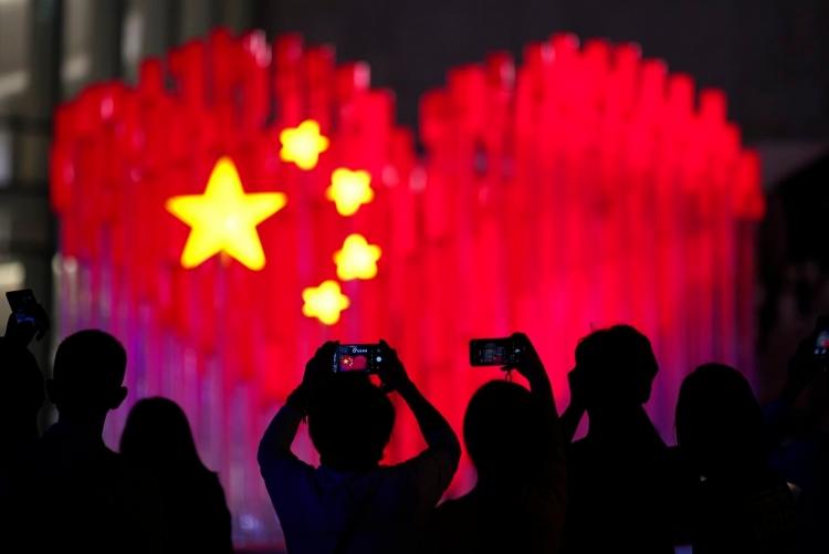 Люди фотографируют инсталляцию в Шанхае (AP)