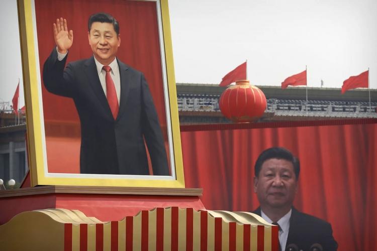 Портрет председателя Си перед видео с ним же во время речи на параде в честь 70-летия компартии Китая (Mark Schiefelbein/AP)