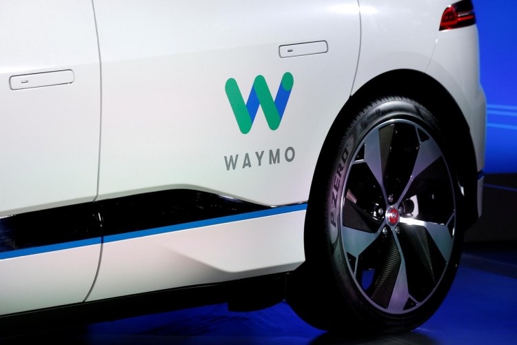 "Waymo тестирует сервис роботакси без водителя"""