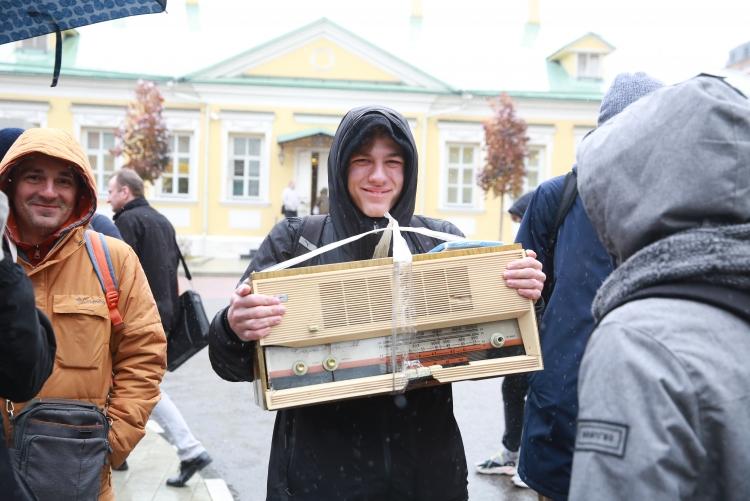 """Тысяча любителей халявы: за «умной» колонкой «Яндекс.Станция Мини» выстроилась очередь"""""""