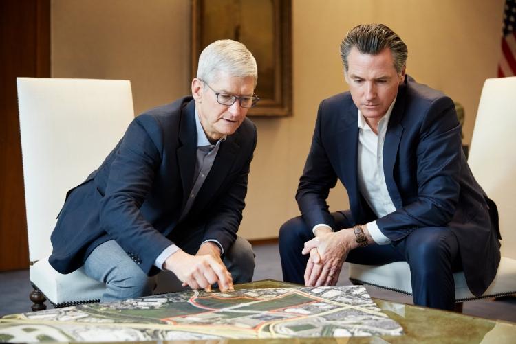 Тим Кук (Tim Cook) и губернатор Калифорнии Гэвин Ньюсом (Gavin Newsom) рассматривают землю в Сан-Хосе, которую Apple предоставит под доступное жильё