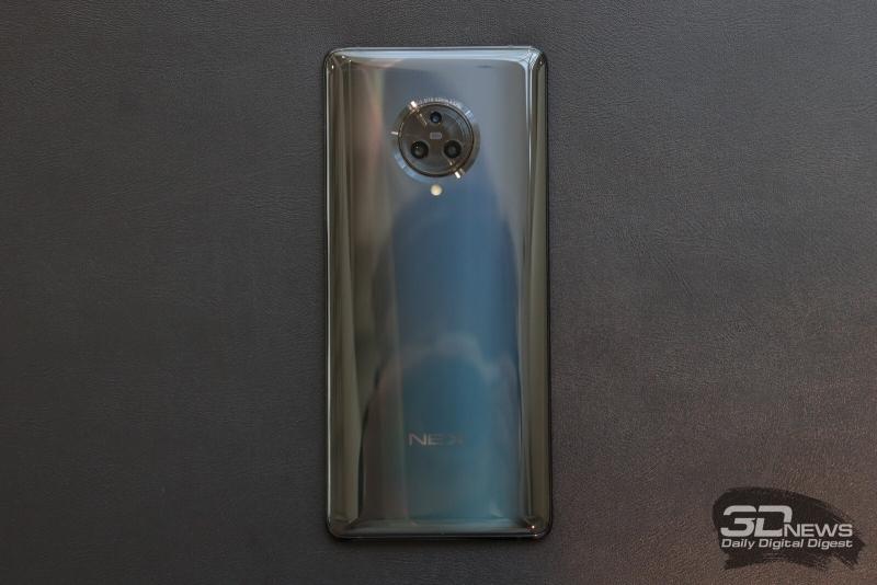 NEX 3, задняя панель: три камеры заключены в декоративное кольцо, под ним — двойная светодиодная вспышка